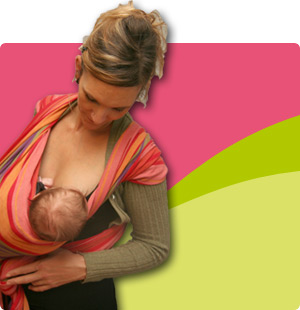 Bébé porté en train de têter