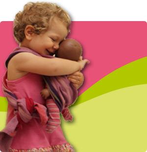 Enfant portant un poupon