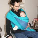 portage-handicap-fauteuil-echarpe-croise-assis-profil