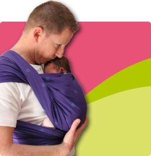 Un papa qui porte son bébé