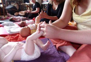 massage bébé meuse relation bienfaits soulagement coliques câlin